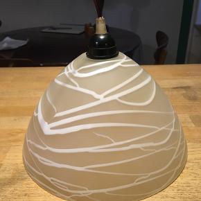 Flot loftslampe i glas. Diameter 26cm. Fin stand. 100kr Kan hentes kbh v