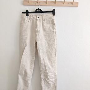 Råhvide jeans str. 29/34. Ikke særlig lange i benene på trods af str 34. Super fede.