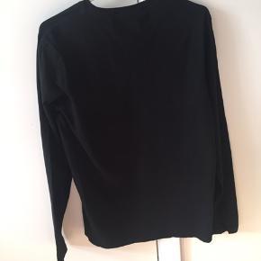 Lækker langærmet t-shirt. Et lille hul i trøjen bagpå som dog ses meget lidt.