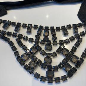 Smuk og markant halskæde fra Malene Birger, med store, grå similisten og bindebånd/kæde af kraftigt bånd, som bindes i nakken