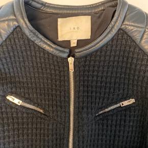 Klassisk IRO zipper jakke i med skind quilt i hals og på skulderen meget fin stand kun få gange