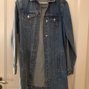 Mega fed oversize denim jakke fra vila. Str xs men en small kan også passe den.