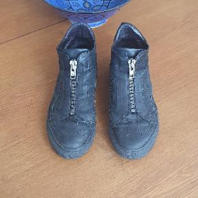 Flade støvler fra Billi Bi. Sort læder med lynlåslukning foran. Str. 38.