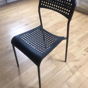 Super fin stole fra ikea (adde) sælges. Har 4 stk., som er knapt 6mdr gamle. Ingen har erhvervet sig brugsskader/mærker.  Tænker 30kr stk. (Købes de samlet 110kr) Np. 75  Kan afhentes i Århus C i denne uge