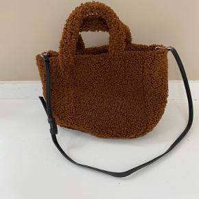 Fin teddy-taske fra Mango
