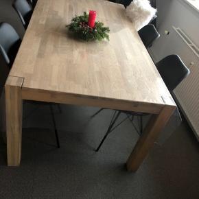 Stort lækkert egetræsbord. Har haft det i 1 år og det har haft dug på hele tiden. Der medfølger tillægsplader til begge ender. Obs, der er gennemsigtigdug på på billedet