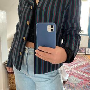 Vintage 80'er blazer med lette skulderpuder. Passer mig fint - er selv en S/M. Har ingen tydelige tegn på brug og slid.