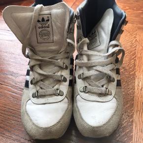 Fedeste retro sneaks fra Adidas. Aldrig set dem andre steder. Brugt meget lidt.  Den fedeste sneak!