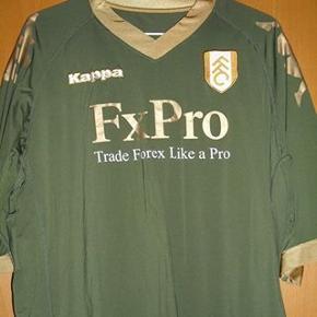 Fulham trøjeStr 2XL men meget,meget lille i str, da det er en tætsiddende Kappa model