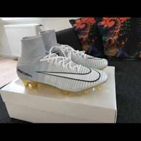 Sælger disse Nike Mercurial CR7 Limited edition fodboldstøvler. Kun lavet 777 af dem i hele verden. De er aldrig brugt kun pakket op og taget billeder af. Str 43 købt på Unisport. Kvittering og boks medfølger. Tager bud fra 2500kr. For mere information skriv på min tlf: 40163262