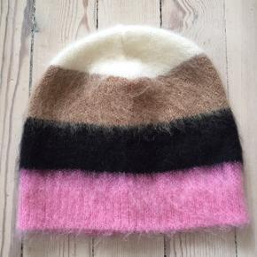 Fineste bløde hue fra No 21 strikket i pink, sort, camel og creme. Aldrig brugt. Huens mål: Omkreds 2x25 cm. Højde 24 cm.  Materialelabel mangler.  Striberne er hver 6 cm brede. bytter ikke 😊