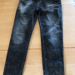Maryley italienskegrå jeans , lidt skinny, str 42 Længde 101 cm, livvidde ca 86 cm og skridtlængde ca 27 cm  Køber betaler Porto