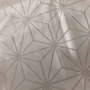 Badeforhæng fra H&M home inkl. 10 ringe, standard mål 180 x 200 cm. Brugt siden oktober, men i virkelig god stand, da det har hængt 20 cm. over gulvet.   Sælges udelukkende da jeg endelig har fået et der er langt nok til min bruser😉  Kan afhentes i Esbjerg, eller i Tårnby (når jeg er der en gang i måneden ca.)