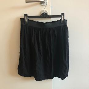 Sød nederdel med elastik i taljen   Mærke: Pigalle, forhandles hos bestseller Str: 40, passer også en 38  Farve: Sort  Stand: aldrig brugt, har bare lagt i skabet