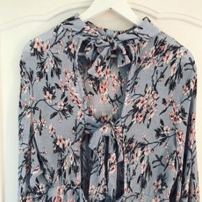 Speciel og lækker kjole fra Missguided med vidde ærmer, åben ryg og bindebånd. Desværre købt for stor herinde. Støvet lyseblå med lyserøde blomstermønster.