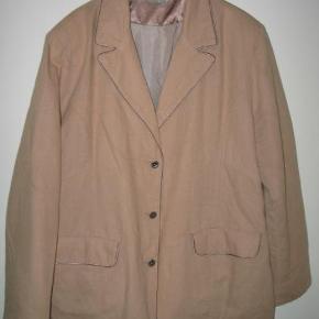 Varetype: Blazer jakke Farve: Beige  Den kan sendes som B- brev til 44 Kr. men køber man en label her inde kan den sendes for 40 Kr. uden omdeling :-) 55% Linen 45% cotton