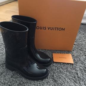 Louis Vuitton gummistøvler sælges. Str 37. Er brugt 5 gange ca. De er købt i Louis Vuitton i England. Både æske og kvit medfølger