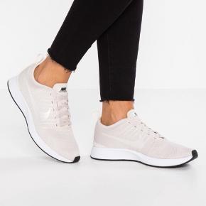 Helt nye Nike sneakers sælges, da jeg ikke får dem brugt. De er blevet prøvet på, dog kun indendøres! Det er en størrelse 37,5 og kassen haves stadig.  Købt på Zalando til 729 kr.  Farven minder mest om perlemor  Kan sendes på købers regning🌸