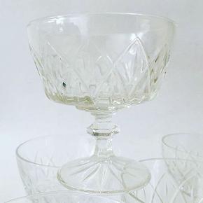 12 smukke champagneskåle på facétsleben stilk. Mål: H: 9 cm. Ø: 8,5 cm. Glassene sælges i sæt af 6 for 125 kr. pr sæt #champagneskåle #retroglas #champagneglas #cocktailskåle #cocktailglas #drinks #bar