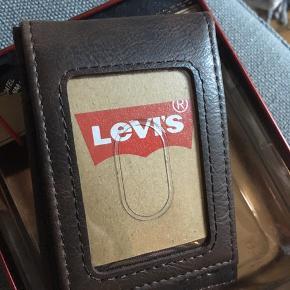 Læderpung fra Levi's i flot æske med låg. Aldrig brugt!   Ny pris $30