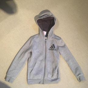Sælger denne fede Adidas lynlås hættetrøje til børn. Byd gerne og skriv endelig, hvis spørgsmål måtte haves! :)