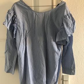 Fin skjorte med v-udskæring på ryggen og pufærmer :)