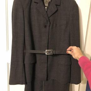 Super flot jakkesæt fra Calvin Klein. Der er uld i.Bytter ikke  Jakkesæt Farve: Grå Oprindelig købspris: 2500 kr.