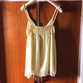 Lysegul kjoletop Str xs men den er stor i str og derfor skrevet s