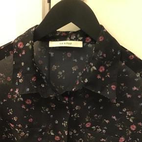 Varetype: Skjorte Farve: Sort med blomster Oprindelig købspris: 900 kr.  Super lækker skjorte, i 100% polyester   Ikke interesseret i byttehandeler