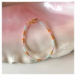 Perlearmbånd Mint grønne, lyserøde, guld & orange perler Mål: 16-17 cm Lås: messing  Prisen er pr styk (armbåndet på første billede) inkl Porto med postnord