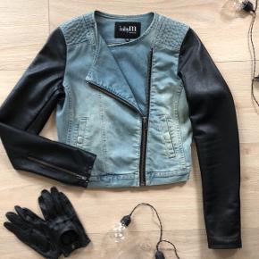 Lækker denim jakke med læderærmer. Perfekt overgangsjakke. Lynlås, også i ærmet.  Knap i lomme. Vildt lækker. Som ny.