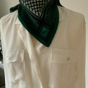 Lækreste Lala Berlin tørklæde i str. xs.. tørklædet er i de mest fantastiske farve og så smukt til alle bluser og skjorter.. Bytter ikke.