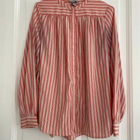 Virkelig fin stribet skjorte fra H&M. Farven på det sidste billede er bedst rammende.   Sender hver onsdag og lørdag 👉🏻 📦