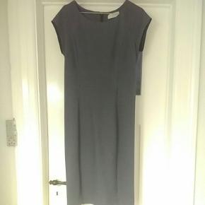 Rosemunde i blå med tynde hvide striber. Kjolen har et inderfor, der gør at kjolen hele tiden sidder flot.