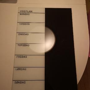 Naga uge tavle - magnetisk. Mål: 40 cm x 60 cm