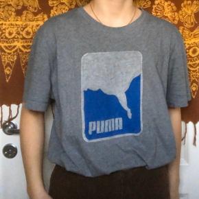 Retro vintage Puma t-shirt👕🐆🧡 Set på en størrelse Small🧚🏼♀️ Trøjen er en herrestørrelse XL, men fitter alle🌝 Brugt en del, men har ikke tegn på slid