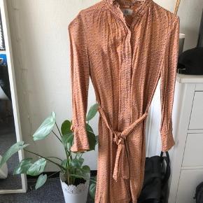 Noa Noa kjole købt i Malmø, brugt en enkelt gang, det er en mellemlang kjole. Hentes i Herlev eller mødes evt.