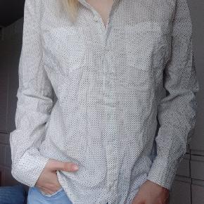 Skjorten er fra det lækre amerikanske mærke LOFT.  Den er råhvid.