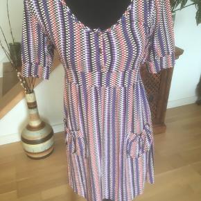 Fin kjole i viscose og elastane, skønne farver. Lommer foran  Giver altid god mængderabat :-)