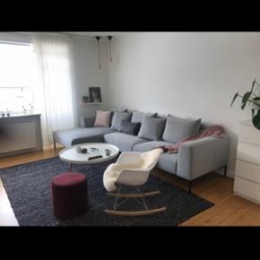Tæppet er af uld, brugt i et års tid. Ca 2x3 meter. Nypris i tæppeland er 3500kr  Sofaen og sofabordet er også til salg.