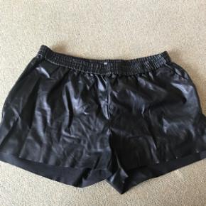 """Sorte """"lædershorts"""" fra H&M i str. Large.  Sender gerne - køber betaler fragt  BYD"""