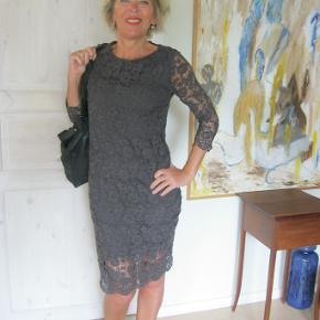 Smukkeste blonde kjole i to lag. Brugt og vasket x1, yderst velholdt. Bud fra 200pp + gebyr handler gerne mobilpay sender med DAO
