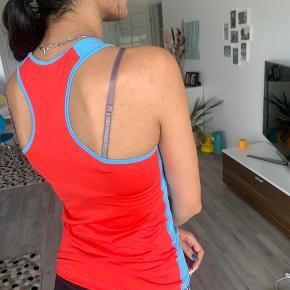 Nike løbetop Er egentlig en str. m, men med meget stræk i. Jeg bruger normalt xs/s  Kan afhentes i Smørumnedre eller Hørsholm (eller sendes)