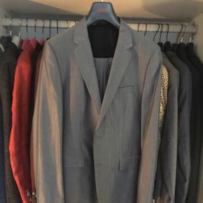 Sender ikke  Hugo Boss jakkesæt i grå/blå Str 46 Nypris 5500,-