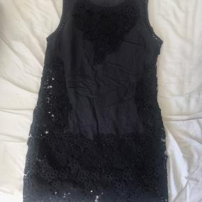 Abercrombie & fitch kjole med blonder/blomster og inderkjole