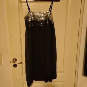 Sort kort kjole med sorte og sølv palietter   Alting kommer fra røgfrit hjem. - sender gerne med dao og kig gerne mine andre annoncer, så finder vi en god pris. Alle bud er velkommen.