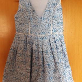 Mink Pink købt i Australien. God kvalitet og behagelig at have på. Fin til både fest og som sommerkjole.   Billede af kjolen på kommer i næste uge.