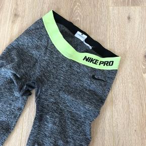Populære tights fra Nike, totalt udsolgt. Størrelse S, brugt få gange, har desværre to flaws som kan ses på billederne, ses dog ikke rigtigt når de er på.