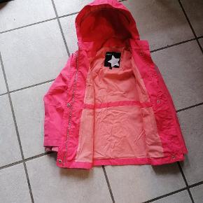 Rigtig fin jakke. Den er brugt meget og vores datter har været rigtig glad for den. Den trænger til en vask, så bliver den fin igen.  Farven på billedet snyder, det er svært at få den rigtig farve frem. Men i den mørke ende af lyserød og lidt over i laksefarvet.