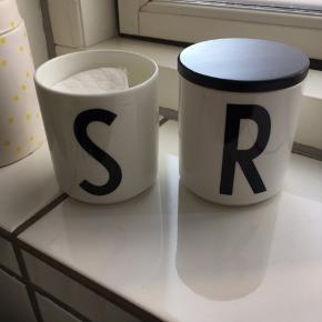 2x design letters fra Arne Jacobsen.  Den ene med låg 😊